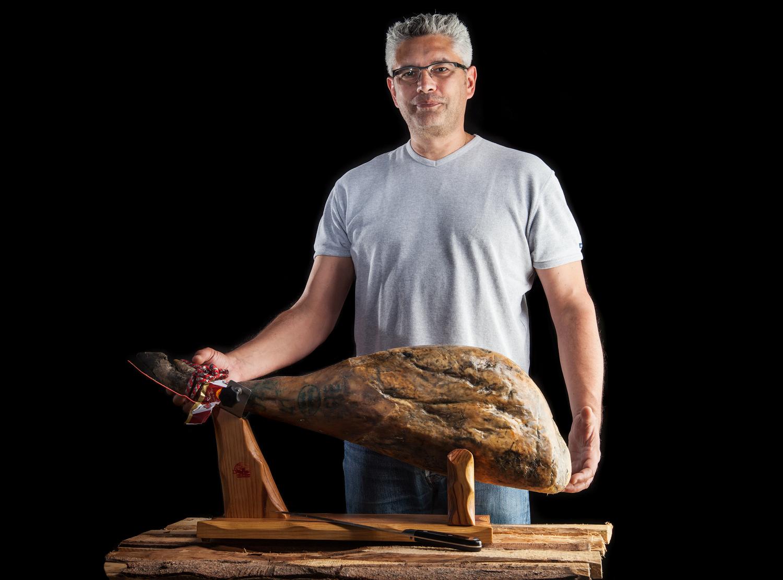ÓSCAR NOGUERA sélectionne un jambon ibérique bellota
